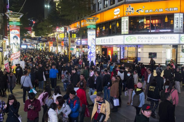 美國專欄作家雅各比(Jeff Jacoby)日前應邀走訪台灣,返美後撰文指出,台灣的發展過程,與英國移民到美洲建立新國家美國類似,部分要多虧了中國的冥頑不靈,讓台灣不屬於中國,台灣人不是中國人。圖為台北西門町。(彭博)