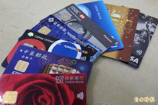 美國盜刷信用卡集團利用少年,短短7天側錄21名民眾信用卡內碼,然後由盜刷集團在美國盜刷近80萬元。圖為信用卡示意圖。(記者楊政郡翻攝)
