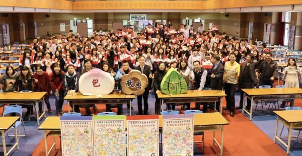 大學學測日倒數,桃園市六和高中考生祈祈福活動,送給每位學生包子、狀元糕、粽子,「包糕粽」意謂「包高中」。(六和高中提供)
