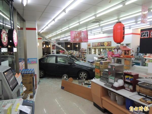 今天傍晚時分,一輛小客車失控衝進苗栗市自治路旁的7-11店內。(記者張勳騰攝)