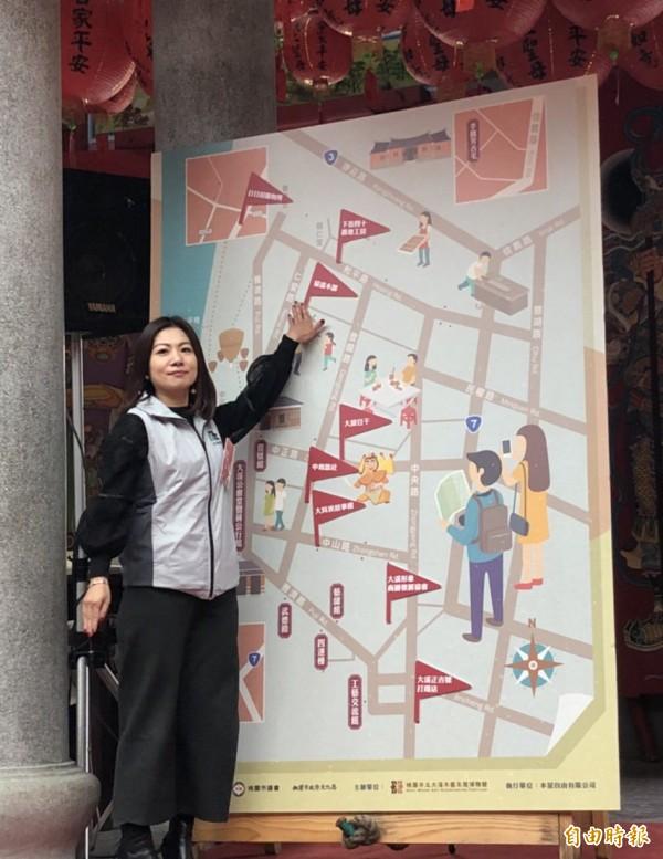 遊客可以透過拿著導覽地圖按圖索驥,到大溪老城區的每個地方感受驚喜。(記者李容萍攝)