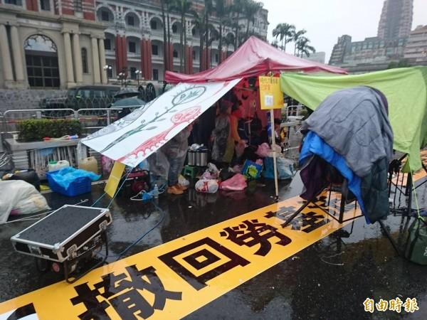 針對有網路媒體報導或網路傳言警方擴大管制區域,台北市警察局下午鄭重澄清絕無此事!圖為時力成員日前在總統府前搭帳棚。(資料照,記者王冠仁攝)