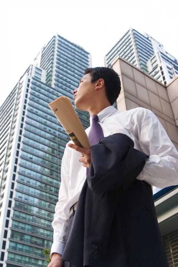 南韓一名男子求職,雖已拿到聘僱書,竟因禿頭,被應徵的公司告知無法錄用,還建議他面試時應「戴上假髮」,錄取機會較高。圖僅示意,與本文無關。(情境照)