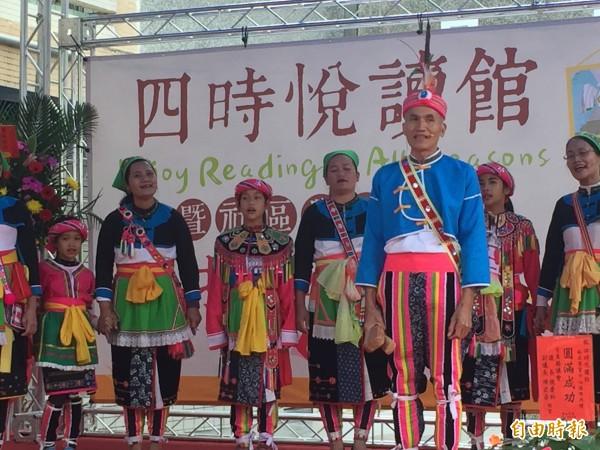 四時悅讀館揭牌是社區大事,社區家長及新小學生以阿美族古謠祝賀。(記者張存薇攝)