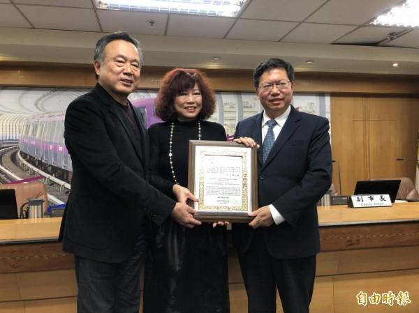 市長鄭文燦頒發「傑出市民」給簡珮如,由她的父母簡松堤、蘇淑惠開心代領證書。(記者陳昀攝)