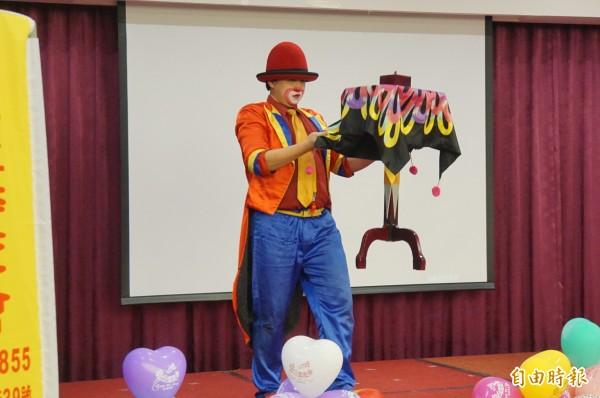 小丑火龍果哥哥的魔術表演,很受小朋友喜歡。(記者詹士弘攝)