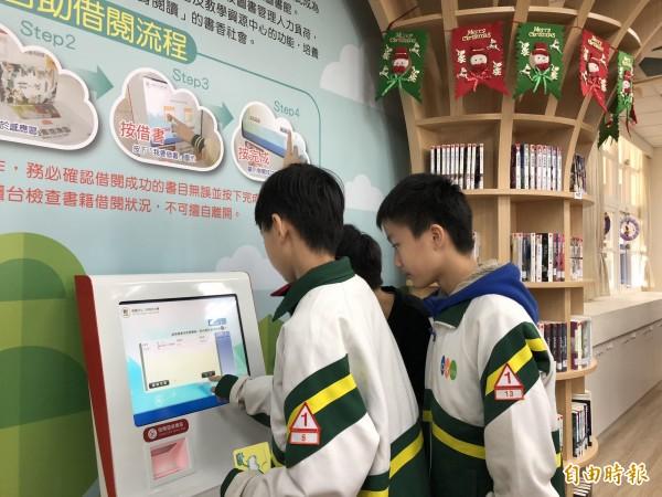 智慧圖書館讓學生以市民卡(學生證)自助借還書,速度加快也提高借閱意願。(記者陳昀攝)