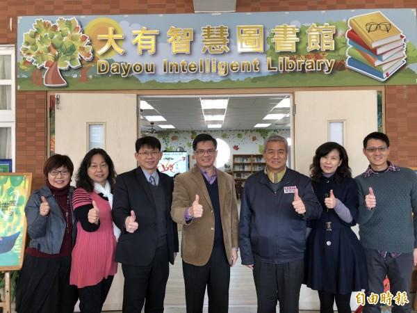 教育局預計3年補助9座智慧校園圖書館,大有國中今天揭牌。(記者陳昀攝)