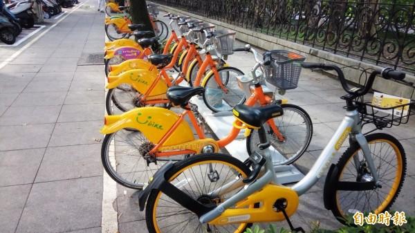台北市為遏止共享自行車亂停現象,將規定業者不得於「指定服務區」外道路、公有停車場部分空間提供借還,否則每輛車罰300至600元,車輛如無全球衛星定位最多可罰5萬元。(資料照,記者黃建豪攝)