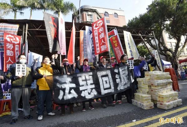 勞基法修正案三讀通過,場外勞團高喊抗議。(記者陳志曲攝)