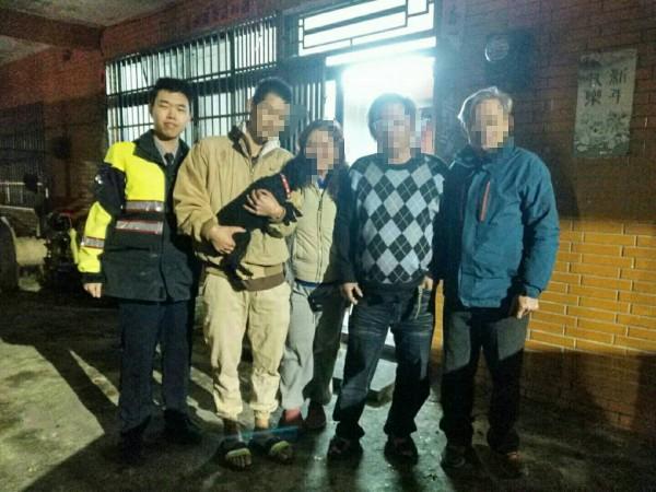 石門分駐所警員江柏佑(左一)接獲陳女(左三)報案協尋愛犬,花了一小時就幫她找回,讓飼主與愛犬重逢。(記者林嘉東翻攝)