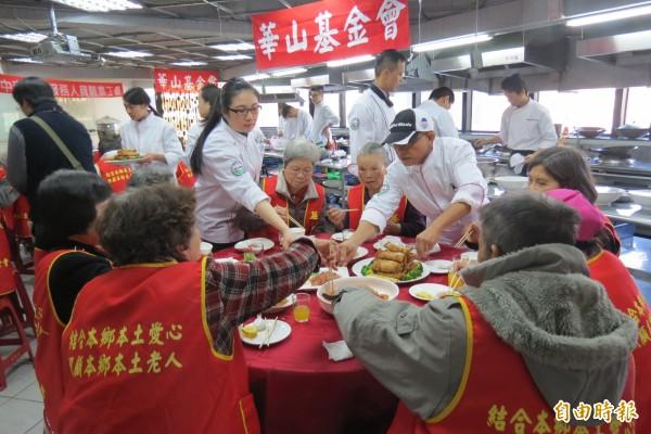 華山基金會說,有的長輩已七老八十,但下有病兒,無力支撐家計,讓老人家也倍感「心」苦,今日邀老人家外出散心,更享用大餐,長輩們展現難得歡顏。(記者蘇孟娟攝)