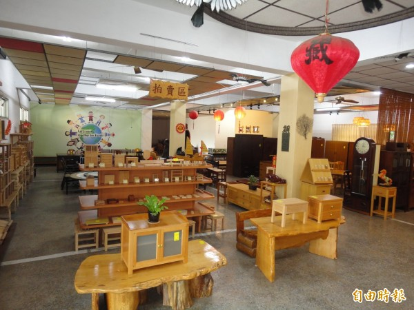 府城藏金閣專門回收二手家具,修復後再公開拍賣,販售金額一年比一年多。(記者蔡文居攝)