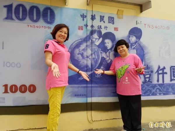 最受歡迎是千元鈔票壁畫,今年將新增五百元鈔票,讓民眾搞笑留念。(記者陳文嬋攝)