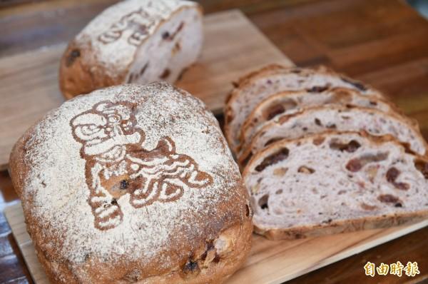 「莓香絮語」麵包有「祥獅獻瑞」圖騰。(記者張忠義攝)
