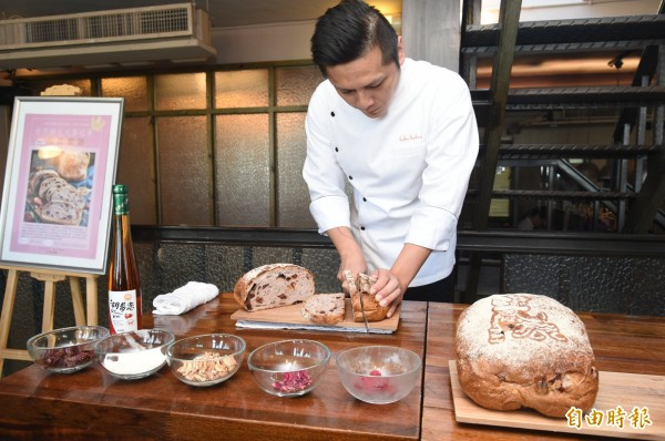 選用在地食材,台灣麵包師陳耀訓勇奪2017世界麵包賽冠軍。(記者張忠義攝)
