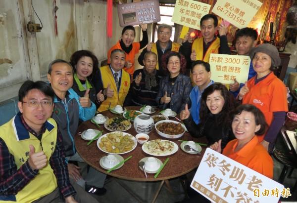 弘道基金會舉辦「 到宅圍爐」,陳照阿公煮了6菜1湯,展現總舖師好手藝。(記者陳冠備攝)