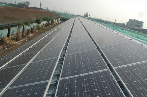 行政院院會昨通過「再生能源發展條例」修正草案,規定契約容量八百瓩(kW)的用電大戶須強制安裝綠能、儲能設備或購買再生能源憑證。屋頂型光電裝設,使用普遍。(資料照)