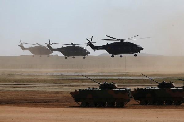 中媒稱解放軍將成立「空中突擊旅」,100架直升機在一小時內即可攻台。對此軍事專家宋兆文笑稱,就算中國直升機來1000架,統統都會被幹掉。圖為中國解放軍建軍90週年閱兵。(路透)