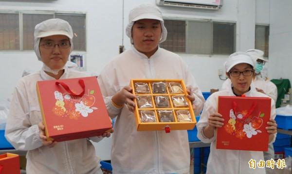 喜憨兒基金會發起的「送愛到部落」,這次專為偏鄉學童所設計的禮盒,內容有鳳梨酥、紫心酥、巧克力酥餅等。(記者張忠義攝)