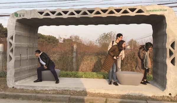全球首座3D列印公車站於上海亮相,使用回收的建築環保材料製成,並附有3D列印桌椅,讓回收廢棄物起死回生。(圖取自智慧機器人網)