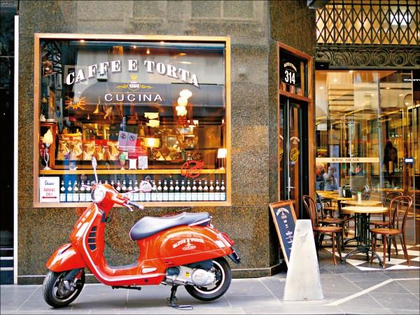 在墨爾本街角一隅,瞥見一間外型頗有特色的咖啡館。(圖片提供/高高)