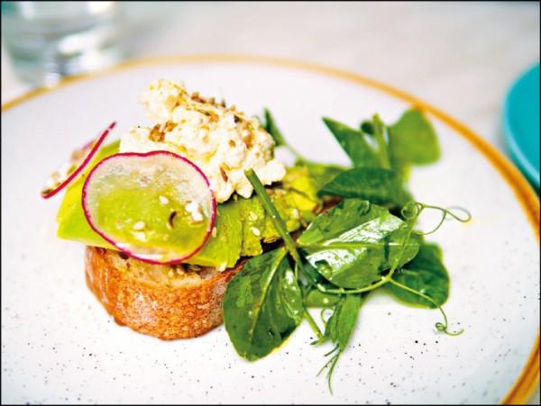 酪梨吐司是澳洲咖啡館的菜單常客,而且每家各有獨門食譜。(圖片提供/高高)