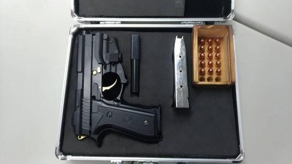 竹聯幫蔡姓堂主將金牛座改造手槍藏放在家裡天花板上。(記者姚岳宏翻攝)