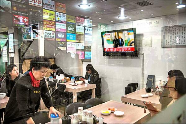 為了因應調漲最低工資,南韓愈來愈多小商家引進自助服務設備取代員工。(法新社檔案照)