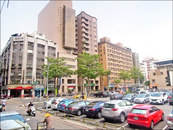 東門停車場就在火車站旁。(市府提供)
