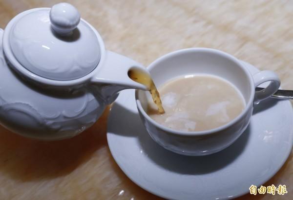英式鮮奶茶主要成分為茶與鮮奶,熱量最低。示意圖。(資料照,記者臺大翔攝)