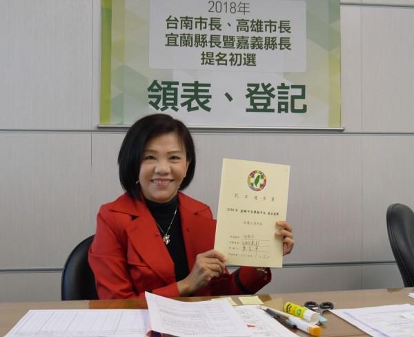 民進黨台南市長初選今日開始領表登記,立委葉宜津完成登記手續,強調參選到底的決心。(圖由葉宜津服務處提供)