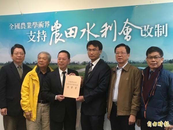 李金龍代表學術界遞上連署書給農委會副主委陳吉仲。(記者林彥彤攝)
