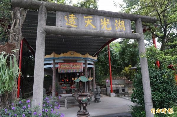 金陵祠前的日式鳥居還有提字,兼具中式牌樓風格。(記者歐素美攝)
