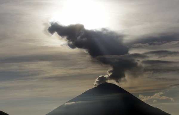 印尼峇里島阿貢火山今日再度噴發,高達2500公尺的火山灰直沖天際。圖為阿貢火山2017年12月時噴發。(美聯社)