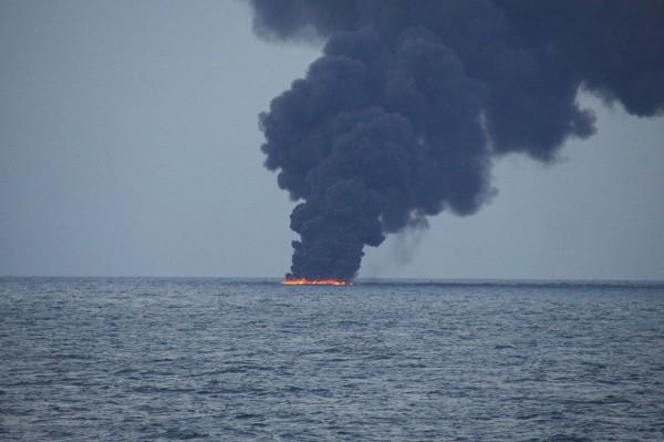 「桑吉號」連同所載的大量凝析油沉沒,油料在海底緩慢洩漏,污染深層海水和海底沉積物,數百公里範圍內恐長期禁止捕魚。(路透)