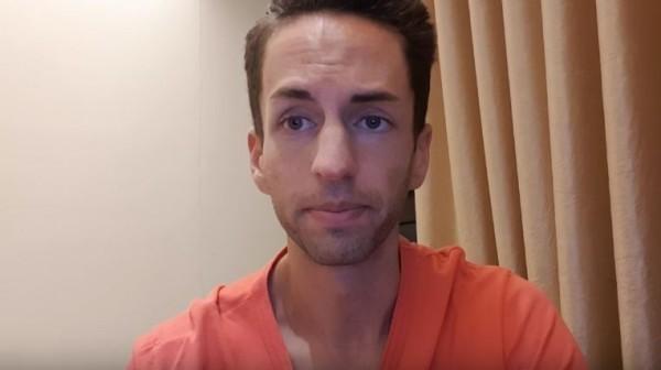 老外實況主CJayride,今天凌晨針對在Twitch直播上泡泡浴污辱台女事件而道歉。(圖擷自「CJayride」YouTube頻道)