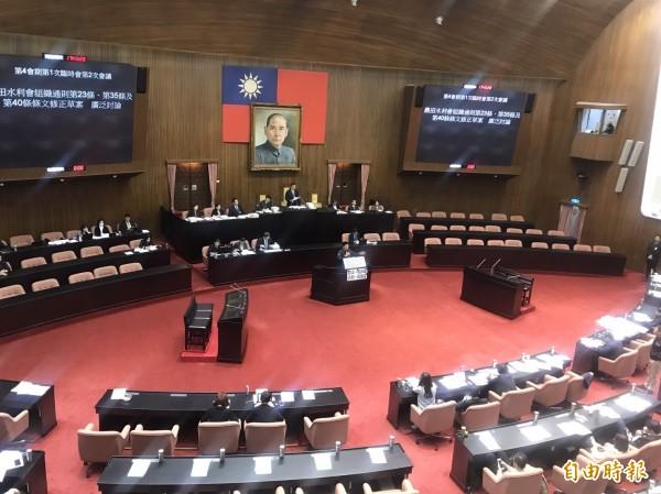 水利會組織通則修正草案協商無共識後,朝野立委回到立法院議場廣泛討論,共需大約6個半小時的發言時間。(記者蘇芳禾攝)
