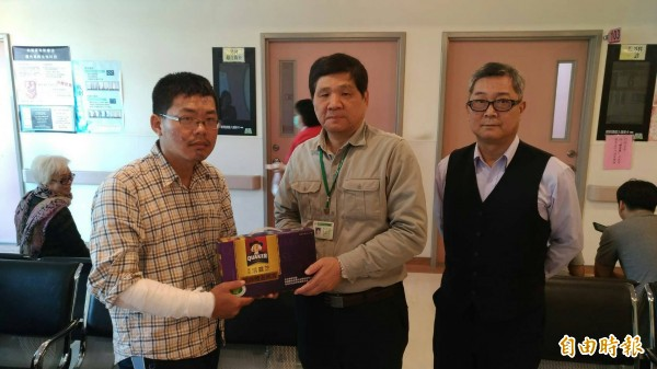 台東郵局局長游仁崑(中)慰問呂坤翰(左)。(記者王秀亭攝)