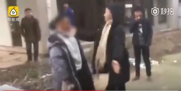 湖北省嘉魚縣日前傳出有中學生遭一群同學輪番賞耳光,過程中施暴者還笑稱「還要再來一次」。(圖擷自YouTube)