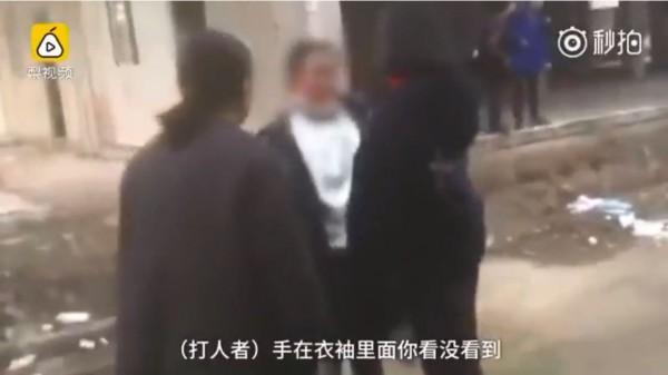 部分同學確實是隔著衣袖打受害者。(圖擷自YouTube)