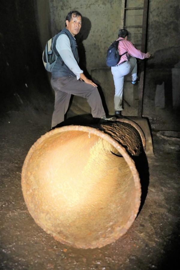 日軍洞窟式配水池內的輸水管線。(舊城文化協會顧問宋德威提供)
