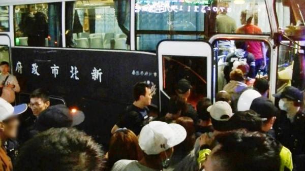 遭查獲的非法移工多達85名,警方出動大巴士接駁。(記者曾健銘翻攝)