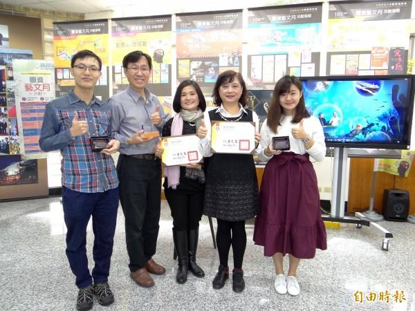 正修磨課師課程「看見台灣海洋發展軌跡」及「飲食文化--掀起鍋蓋到台灣」雙獲教育部標竿獎。獲獎者王寶惜(中)與圖資處長施文玲(右二)等團隊合影。(記者洪定宏攝)