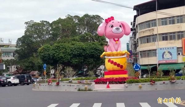 南投市區唯一圓環地標從「金雞」變為「旺狗」,宣告南投市狗年「旺來幸福」燈會即將登場。(記者謝介裕攝)