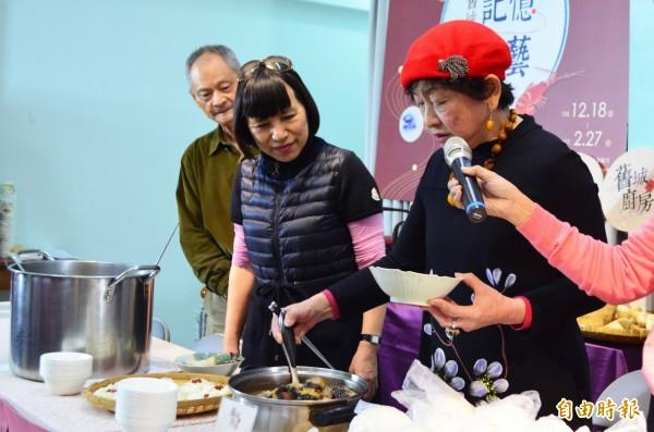 傳承美味年菜!新竹市政府推出舊城食藝復興系列活動,今天邀請料理達人烹製美味的甘蔗羊肉湯團圓年菜和各式在地家鄉年菜,讓婆婆媽媽可以輕鬆料理準備年菜。(記者洪美秀攝)