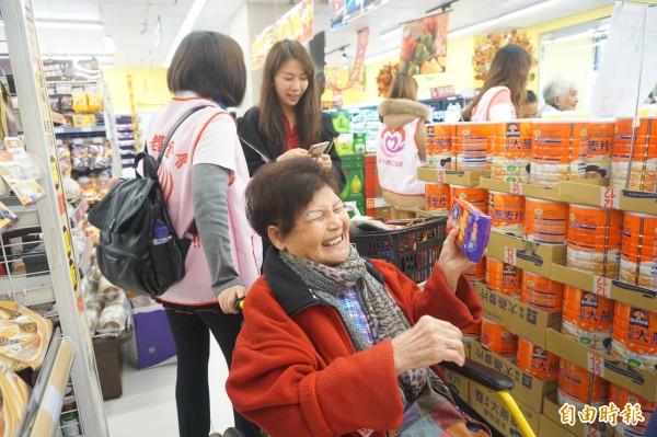 老五老基金會老工陪伴獨老居輩上超市採買年貨,長輩難得出門,非常開心。(記者蔡淑媛攝)