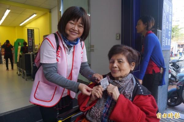 老五老基金會陪獨老採買年貨,長輩也將發票回捐給基金會,希望幫助其他老人。(記者蔡淑媛攝)