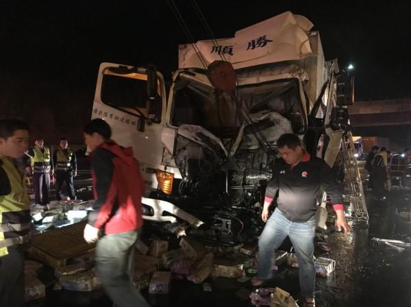 消防人員將受困的小貨車駕駛救出。(消防局提供)