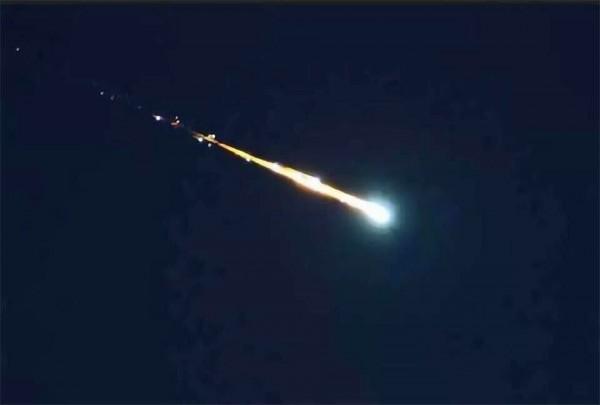 有網友捕捉到流星畫過天空的瞬間。(圖截自RodneyRhodes推特)